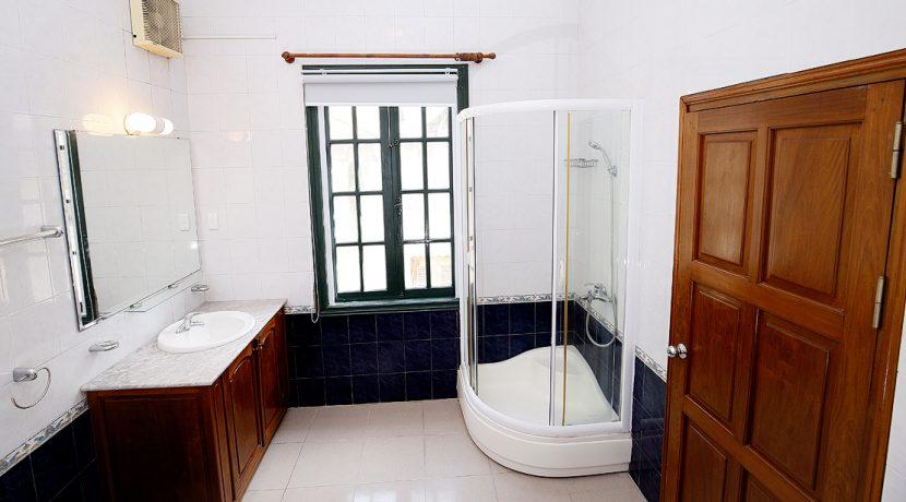 38. bathroom on bedroom 04