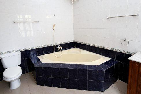 39. bathroom on bedroom 04
