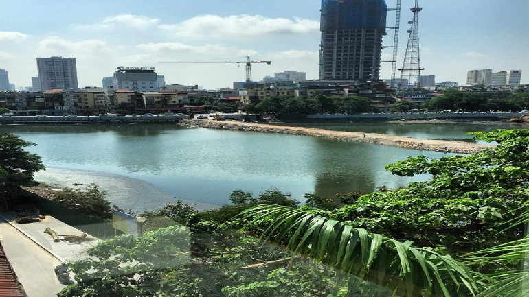 Lake view serviced apartment in Ba Dinh for rent